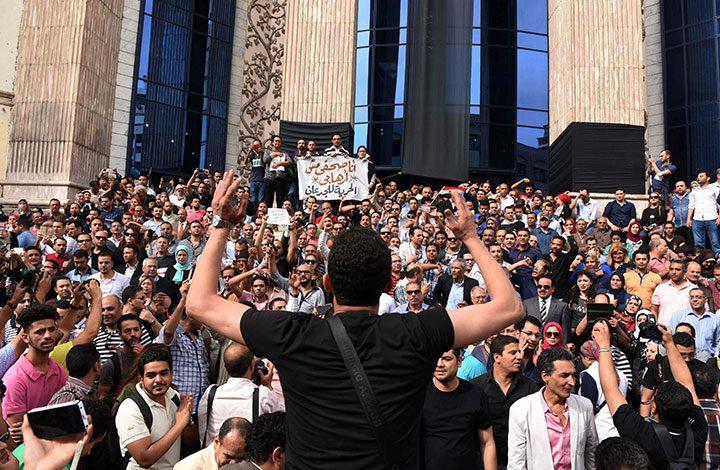 النظام المصري يواصل إدراج عشرات الصحفيين على قوائم الإرهاب