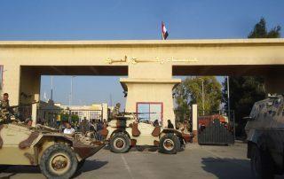 معاريف الإسرائيلية: جهازان مصريان يتقاتلان للسيطرة على معبر رفح من أجل «المال»