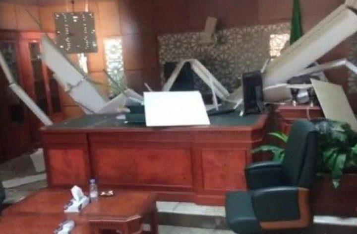 سقوط سقف معلق على مكتب رئيس المحكمة الجزائية بأحد مناطق السعودية .. (فيديو)