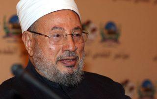 القرضاوي: منع الجنازة الشعبية لـ«مهدي عاكف» فصلى عليه الملايين حول العالم