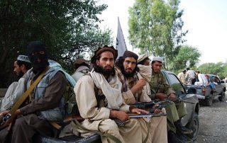"""مقتل 43 جنديًا أفغانيًا بسيارة مفخخة.. و""""طالبان"""" تتبنى"""