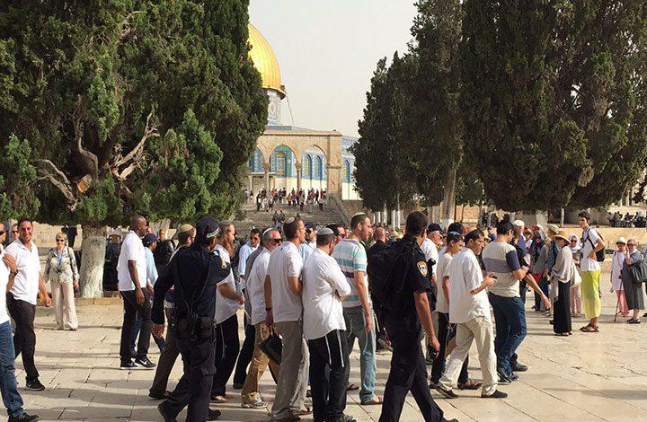 مستوطنون يقتحمون باحات الاقصى والاحتلال يعرقل حركة الطلاب الفلسطينيين
