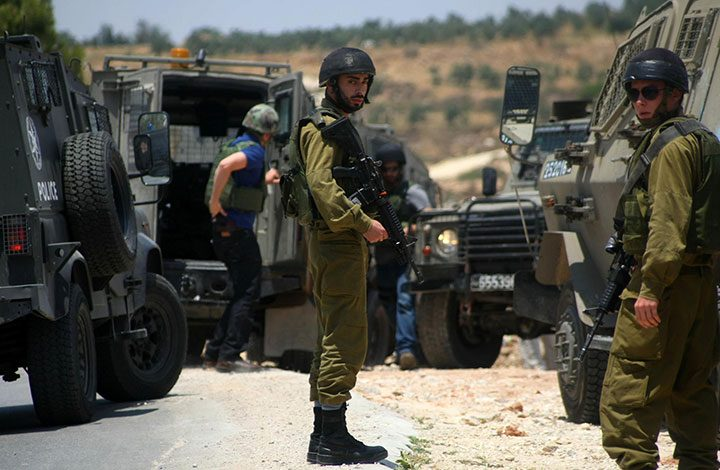 جيش الاحتلال يعتقل 26 فلسطينيا في الضفة الغربية دون أسباب