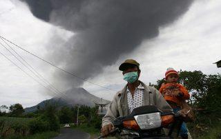 بركان «أجونج» يرفع حالة التأهب القصوى في إندونيسيا