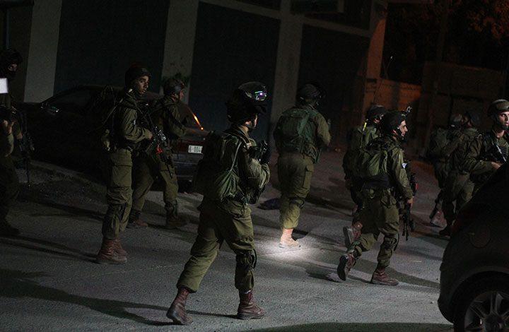 """""""إسرائيل"""" تعتقل 17 فلسطينيا في الضفة الغربية"""