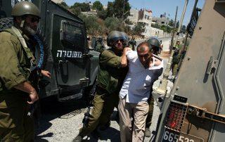 """""""إسرائيل"""" تعتقل 13 فلسطينيا من الضفة الغربية والقدس المحتلة"""