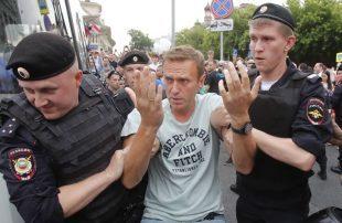 السلطات-الروسية-توقف-المعارض-الرئيسي-للكرملين-أليكسي-نافالني-بعد-مداهمة-مقر-منظمته