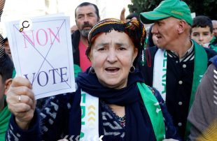 متظاهرون-جزائريون-ينددون-بإجراء-الانتخابات-الرئاسية