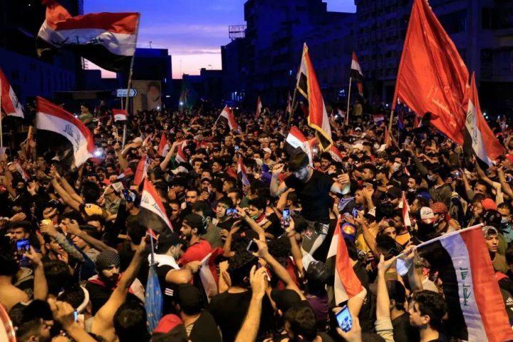 متظاهرون-يحرقون-مقارًا-لأحزاب-شيعية-بالديوانية