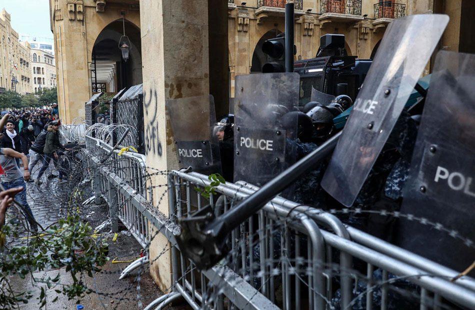 إصابة-27-متظاهرًا-باشتباكات-محيط-البرلمان-في-بيروت