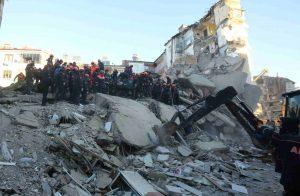 اتصال-هاتفي-ينقذ-سيدة-تركية-قضت-17-ساعة-تحت-أنقاض-الزلزال