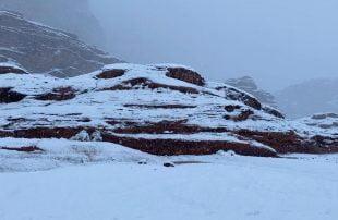 الثلوج-تغطي-مساحات-واسعة-من-مرتفعات-تبوك-شمال-السعودية