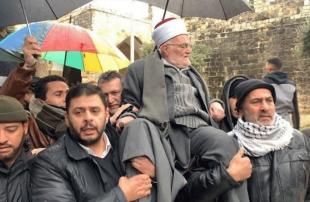 خطيب-الأقصى-يدخل-المسجد-محمولا-على-الأكتاف-بعد-قرار-إسرائيلي-بمنعه
