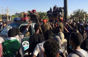 اشتباكات-بين-الأمن-السوداني-ومتظاهرين-مطالبين-بهيكلة-الجيش.jpg