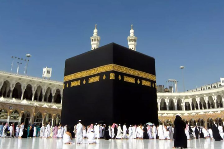 السعودية-تعلّق-منح-تأشيرات-العمرة-مؤقتًا-بسبب-كورونا.jpg