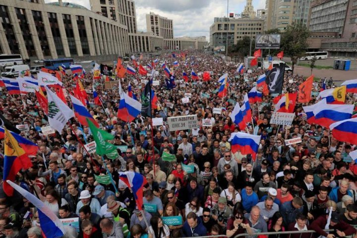 المعارضة-الروسية-تتظاهر-في-موسكو-لتحقيق-مطالب-دستورية-ومعيشية.jpg