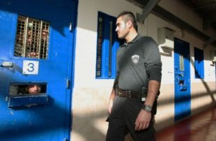 معتقل-فلسطيني-يطعن-حارس-إسرائيلي-في-سجن-عوفر
