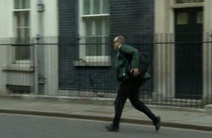 """بالفيديو .. شاهد هروب مستشار """"جونسون"""" عقب الإعلان عن إصابته بكورونا"""