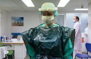 أكياس-القمامة-الزي-الرسمي-لأطباء-بريطانيا-للوقاية-من-كورونا.jpg