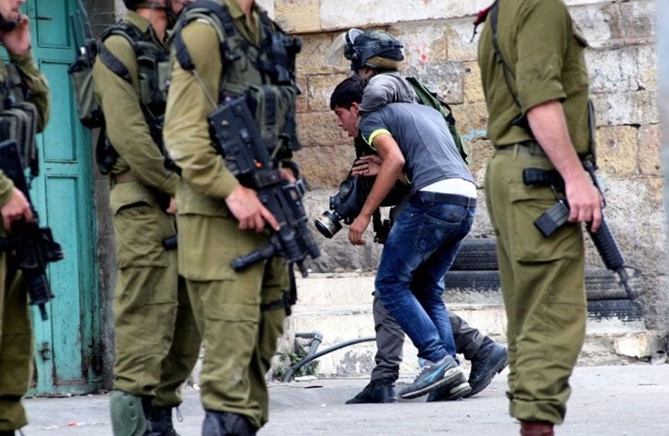 """اعتقد أنهم جنودًا إسرائيليين .. الأمن الفلسطيني يعتدي بوحشية على شاب في """"بيت لقيا"""""""