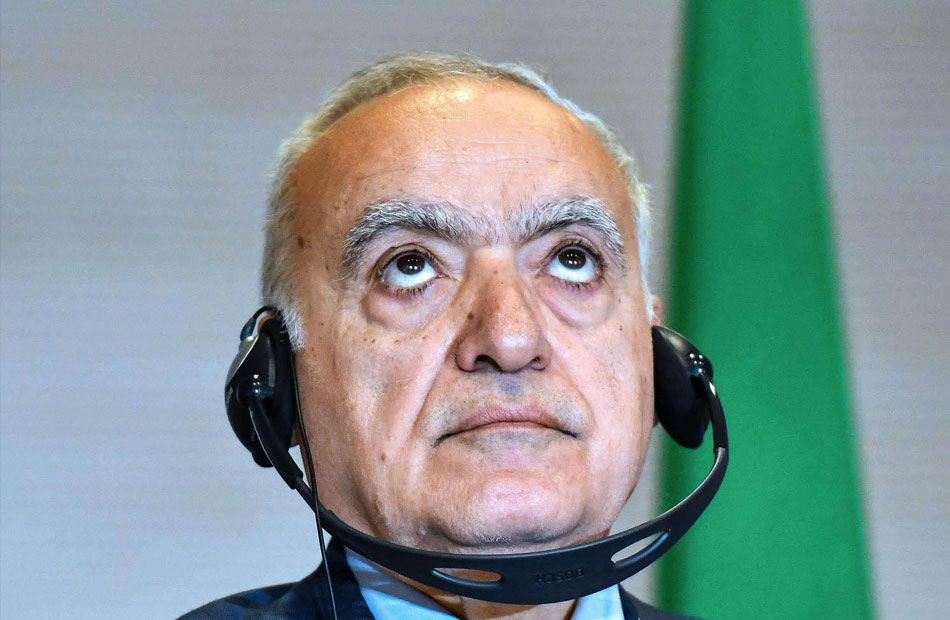"""الإمارات تكرم """"غسان سلامة"""" .. وناشطون: يتقاضى مقابل تخريبه ليبيا"""