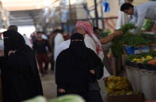 السعوديون يربطون الأحزمة بعد قرارات تقشفية مؤلمة بسبب كورونا