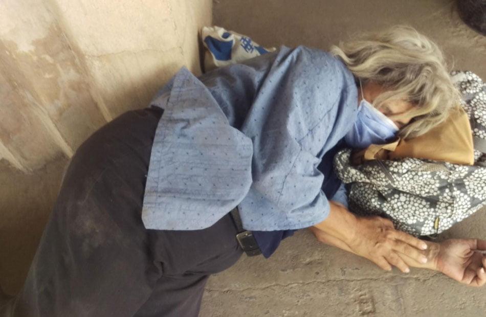 """مشهد مؤسف .. """"ليلى سويف"""" تنام على الأرض أمام """"طرة"""" على أمل رؤية ابنها"""