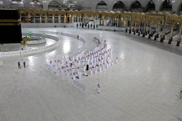 السعودية تخفف إجراءات كورونا وتعيد فتح المساجد والطيران الداخلي