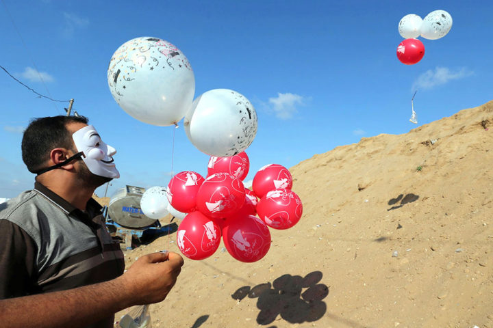 البالونات الحارقة تستأنف هجومها على إسرائيل لإرغامها على إدخال مساعدات كورونا