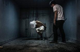 ألمانيا تحقق مع طبيب سوري لاجئ .. افتخر بتعذيب وحرق الأعضاء التناسلية لمعارضين