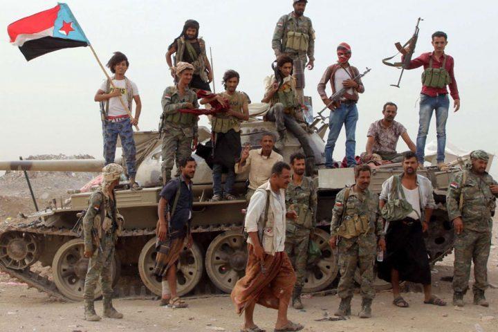 """بدعم إماراتي .. """"الانتقالي"""" يرحّل اليمنيين من المحافظات الشمالية بسقطرى"""