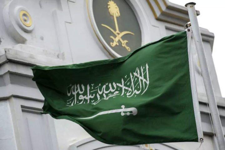 """عنصرية بالسعودية.. مواطن يعتدي على وافد لارتدائه كمامة من """"الشماغ"""""""
