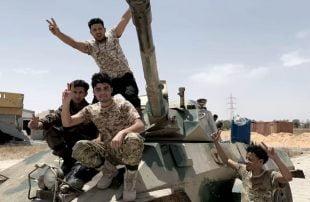"""بالفيديو .. """"الوفاق"""" تضبط 200 برميل متفجر لمليشيا حفتر خططت لاستخدامه بترهونة"""