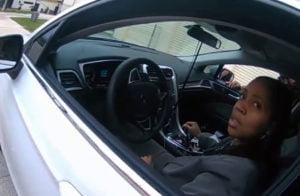 اعتداء عنصري جديد .. شرطي أمريكي يعتقل سيدة سمراء ويطرحها أرضًا