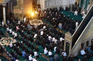 """بعد حرق علمها .. تركيا تدين ردة فعل اليونان """"العدائية"""" من الصلاة في """"آيا صوفيا"""""""