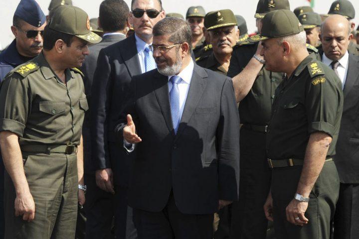 تجنب نشر صورته معه .. السيسي يهاجم مرسي رغم توثيق حكمه