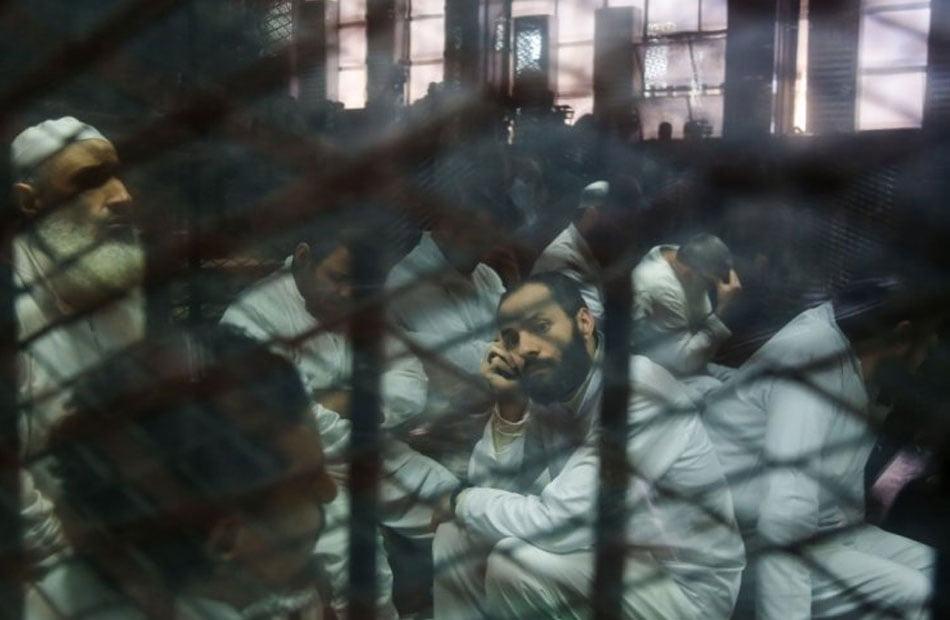"""تسجيل 14 وفاة على الأقل.. """"رايتس ووتش"""": كورونا يتفشى في سجون مصر"""