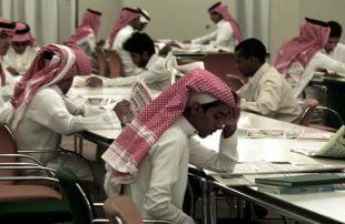 السعوديون يلجأون للأرصفة لحل أزمة البطالة ويتهمون بن سلمان بتجاهلهم