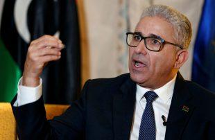 الوفاق توقف وزير داخليتها للتحقيق معه والأخير يشترط أن يكون علنيا