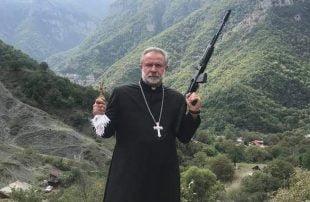 صورة مثيرة للجدل.. قس أرماني يحمل السلاح ويدعو لحرب صليبية ضد أذربيجان