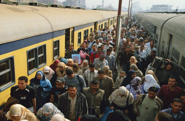 السيسي يواصل استفزاز المصريين ويفرض رسوما جديدة على ركاب القطارات