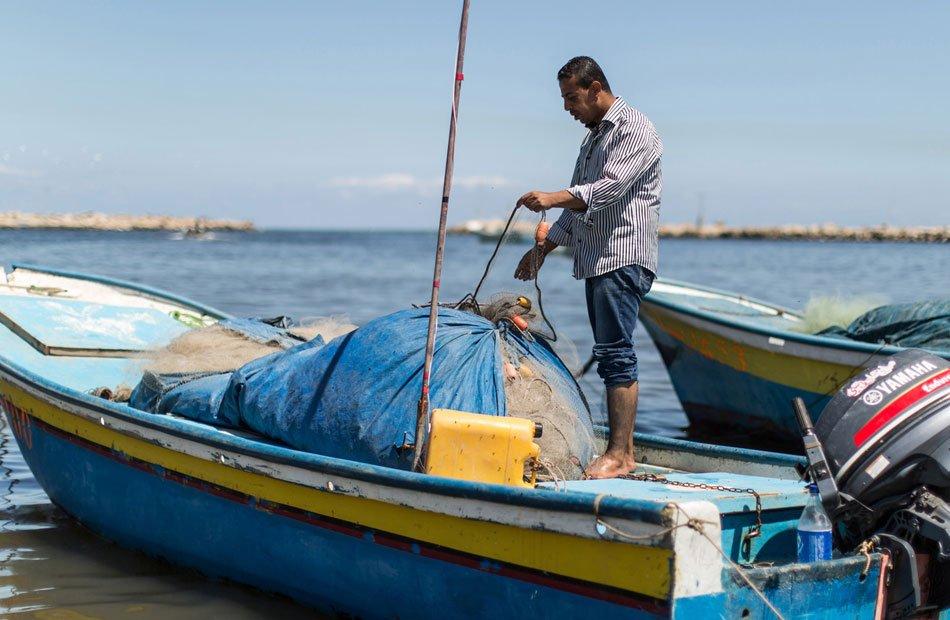 أزمة الصيادين.. غزة أهدت المصريين الورود بينما أعاد السيسي الفلسطينيين في توابيت!